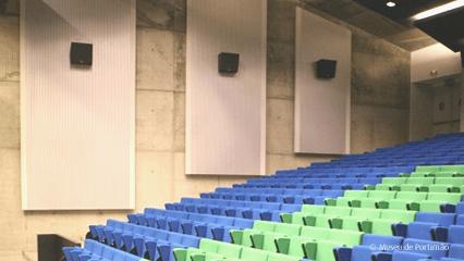 som profissional e sistemas line array para auditórios e centros de congressos